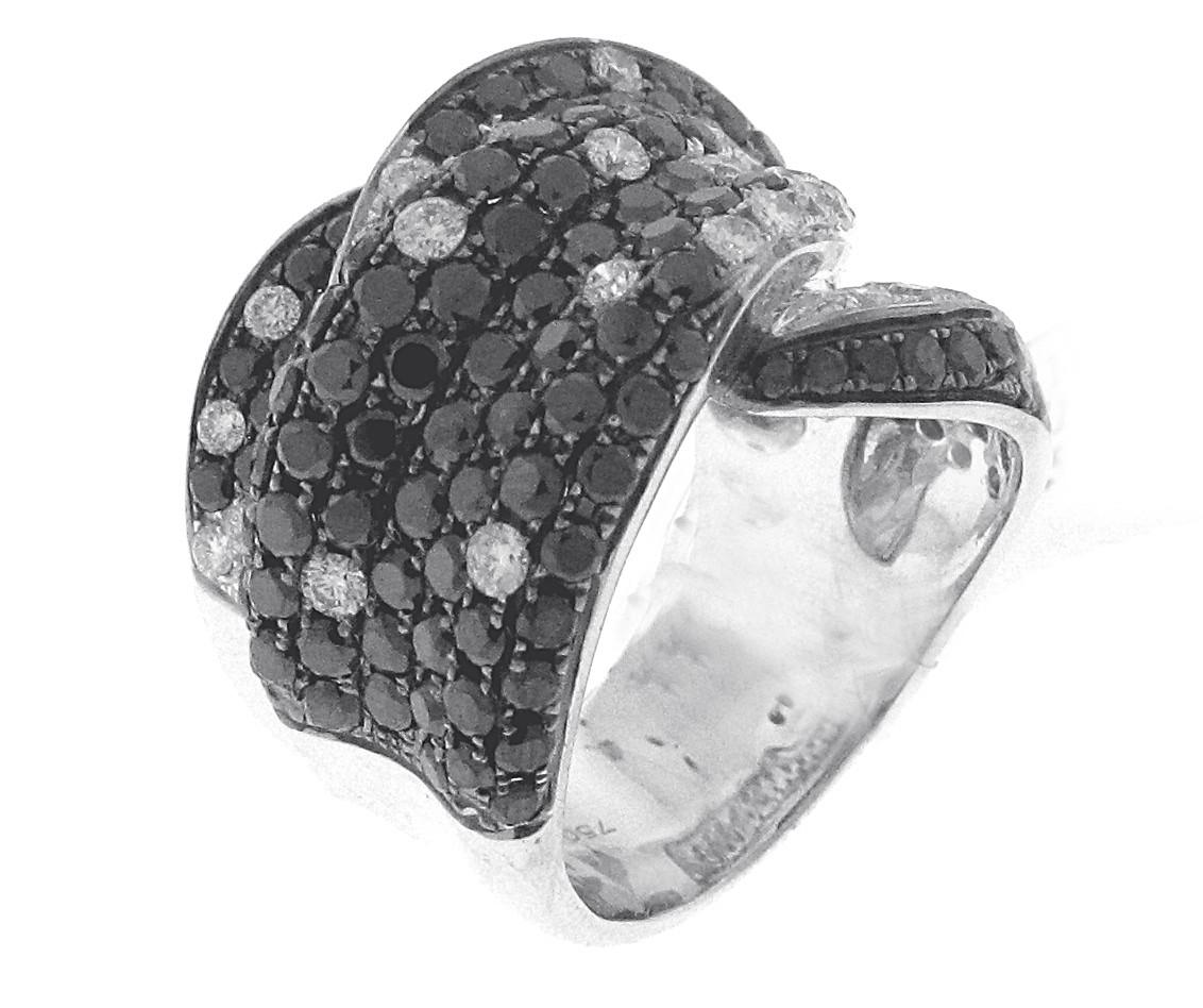 18kt White Gold White And Black Diamond Ring