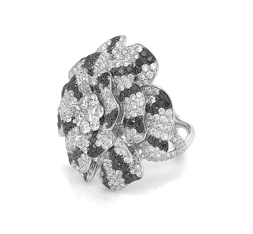 18kt White Gold Black and White Diamond Flower Ring